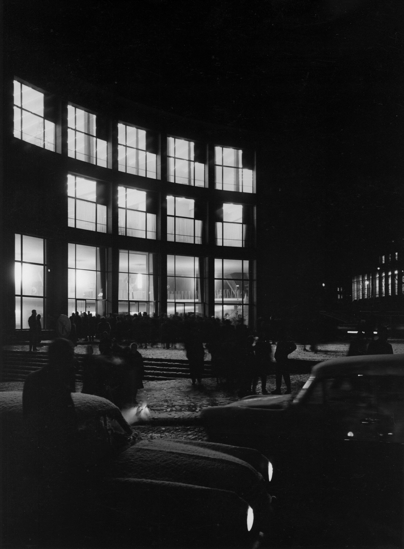 Schwarz-Weiß-Foto vom Audimax bei Nacht